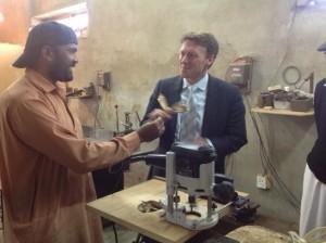 Nederlandse ambassadeur bezoekt vlinderwerkplaats Radboud Spruit Grafkisten
